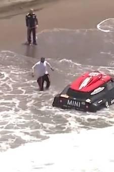 Dakar-auto kopje onder in zee