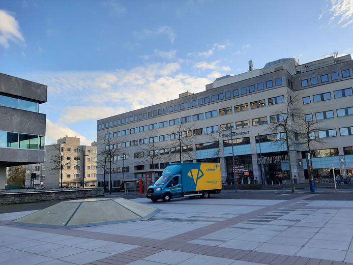 Ook woensdag waren de verhuizers bezig om spullen van het Stadskantoor (rechts) naar het Stadhuis te brengen op het Stadhuisplein in Eindhoven