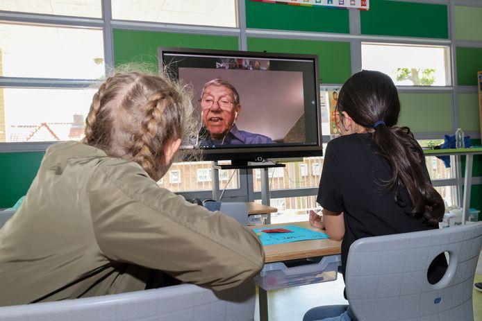 Leerlingen van groep 8 van Saltoschool Strijp Dorp interviewen Jan Heijnsdijk.