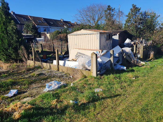 Bergen afval opgestapeld in de tuinen van de woningen die op termijn plaats moeten maken voor de optimalisatie van de Brusselse ring.