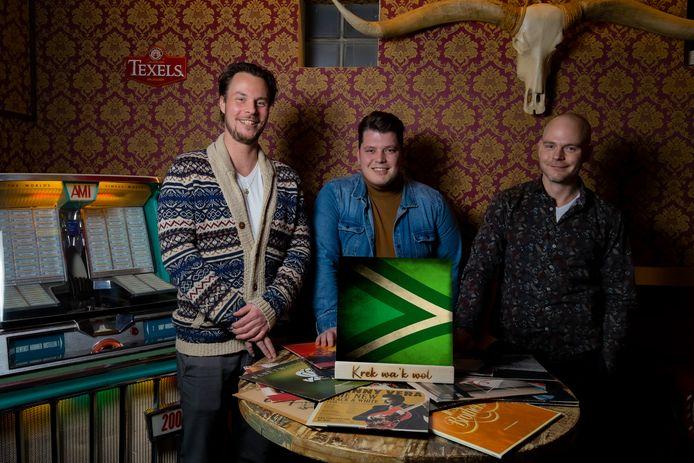 De drie muziekliefhebbers met het ontwerp van hun lp-uitgave van de top 10 Achterhoekse muziek. Vlnr: Yannick Salemink, Pascal Reulink en Tom Driesen.