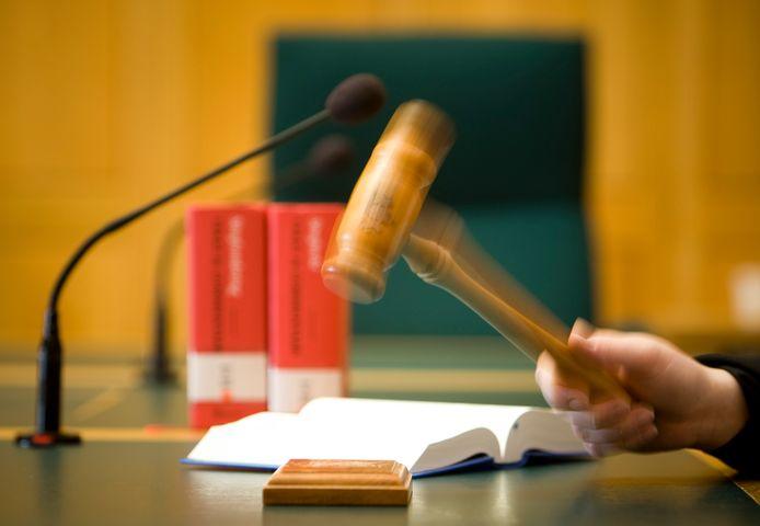 Dat een inwoner van Sint-Oedenrode erg lastig kan zijn, kon de rechtbank aan den lijve ondervinden. De man moest regelmatig uit de zaal worden gehaald om af te koelen in het cellenblok