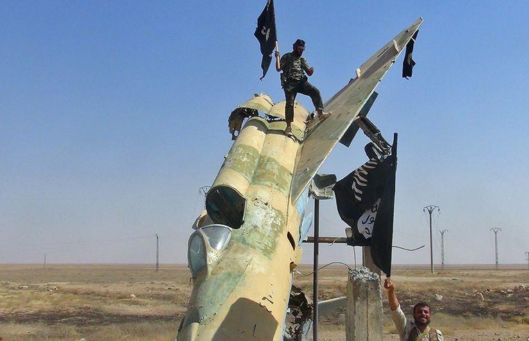 Strijders van IS in Raqqa in Syrië op archiefbeeld. Beeld AP