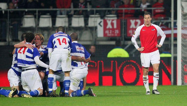 Niklas Moisander (rechts) van AZ staat er bedremmeld bij als de spelers van Spakenburg op de valreep in de reguliere speeltijd alsnog op 2-2 zijn gekomen. Foto ANP Beeld