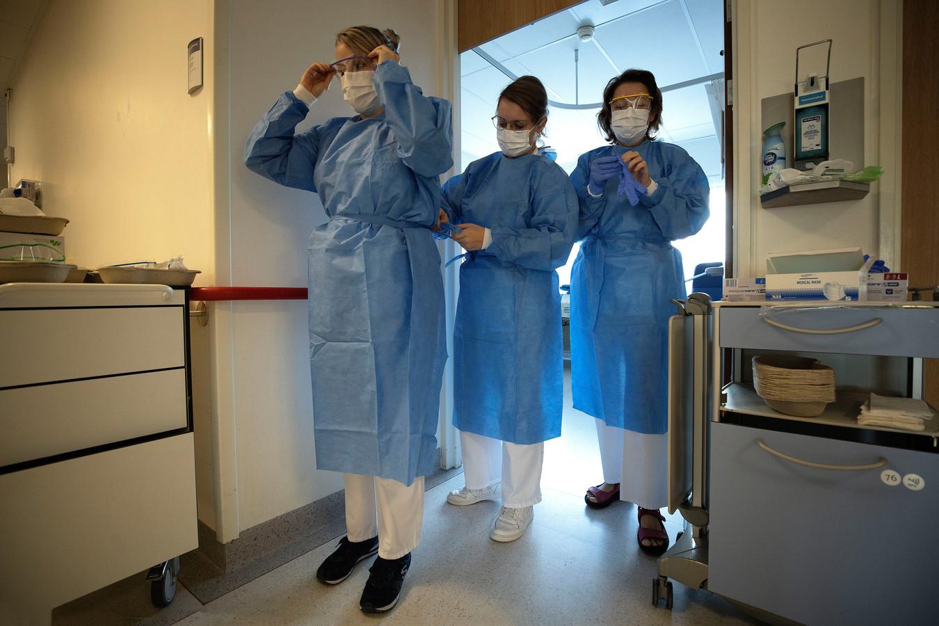 Medewerkers maken zich klaar op een covid afdeling van het MMC Veldhoven. (archieffoto)
