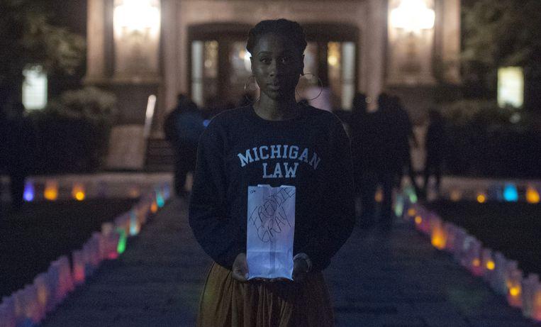 Een Amerikaanse activiste brengt een eerbetoon aan de overleden Freddie Gray. Beeld ap