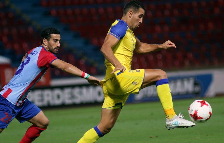 Een speler van Panionios (links) in een kwalificatieduel voor UEFA Europa League in 2017. Beeld EPA