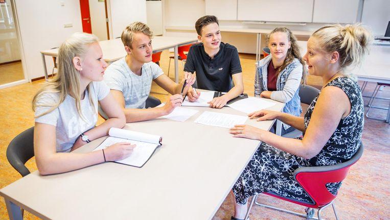 Docent Mirte Huisman (r) in gesprek met haar leerlingen. Tijdens een sollicitatie bij De Breul zijn ook docenten aanwezig Beeld Shody Careman