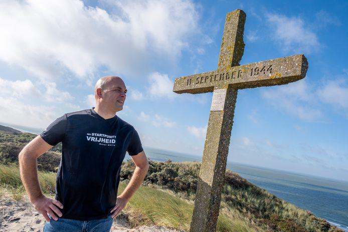 """Colin Bal bij het herdenkingskruis voor zes mannen die op 11 september 1944 door de Duitsers in de duinen van Valkenisse zijn gefusilleerd. ,,Wie zij waren en wat zij deden is voor veel mensen onbekend. Ze lijken vergeten maar ze mogen nooit vergeten worden."""""""