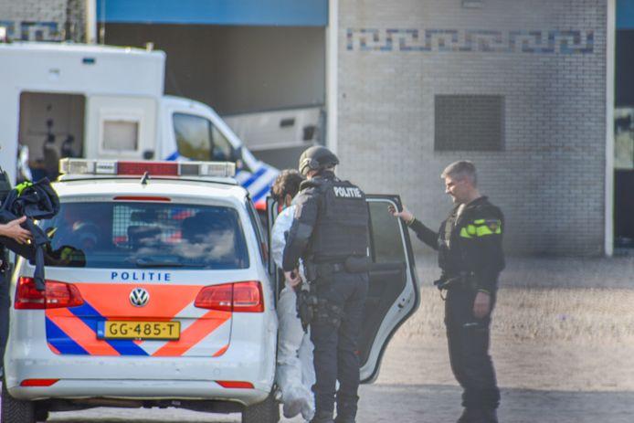 De arrestatie van de tweede verdachte vrijdagmiddag bij het ontmantelde drugslab in Arnhem.
