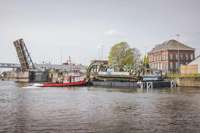 Het kapotte brugdeel van Meulestedebrug werd maandag met een boot teruggevaren naar Meulestede.