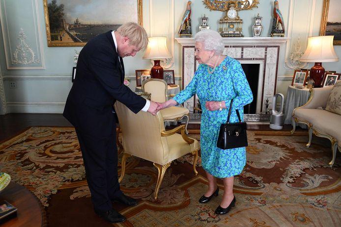 Queen Elizabeth en Boris Johnson tijdens hun ontmoeting in Buckingham Palace.