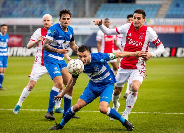Dusan Tadic (rechts) in duel met Bram van Polen en Sam Kersten van PEC Zwolle. Beeld Jiri Büller / de Volkskrant