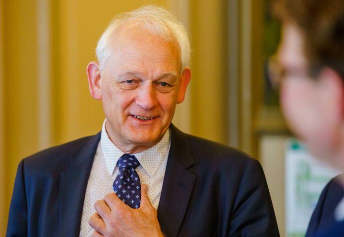 De Schiedamse burgemeester Cor Lamers blijft bij zijn standpunt over Arne van der Zande.