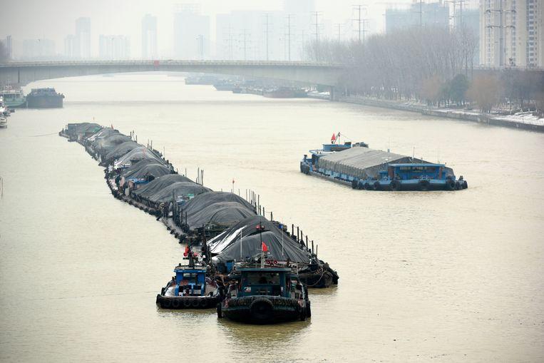 Een lading kolen wordt vervoerd over het Grote Kanaal Peking-Hangzou. Beeld Barcroft Media via Getty Images