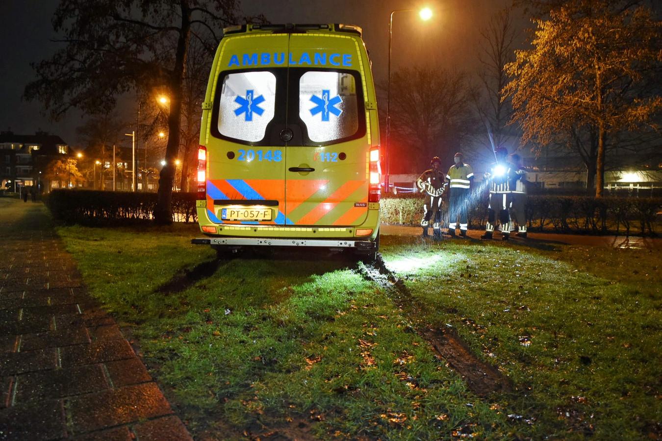 Ambulance rijdt zich vast op grasveld in Oisterwijk.