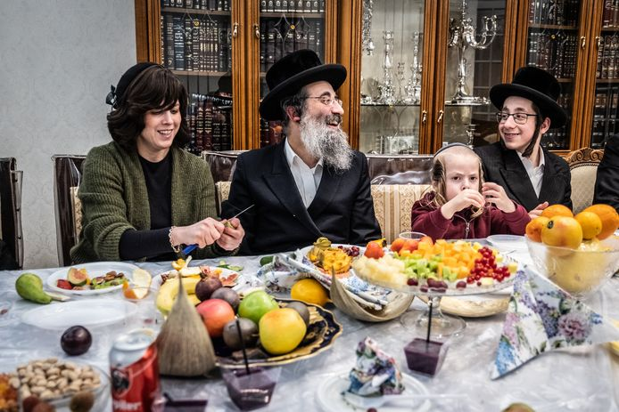 Aron Berger vierde woensdagavond Toe Biesjwat, het Joodse nieuwjaar van de bomen, samen met zijn vrouw en vijf nog inwonende kinderen, maar ook met twee getrouwde kinderen en vier kleinkinderen. Traditioneel komt dan fruit van over de hele wereld op tafel.