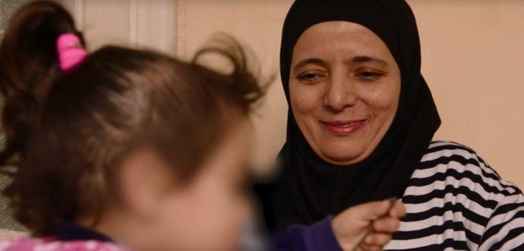 Oma Rachma Ayad reist al een jaar op en af naar Turkije om voor haar kleinkinderen te zorgen. Vorig jaar werd ze geïnterviewd door VRT-journalist Rudi Vranckx. Beeld Screenshot VRT NWS