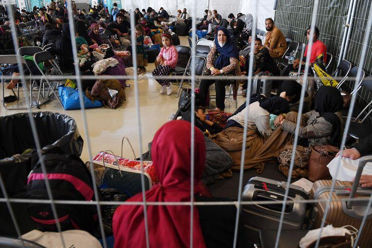 Afghaanse vluchtelingen in de luchtbasis Ramstein in Duitsland. Tienduizenden Afghaanse vluchtelingen zitten nog vast op deze en andere militaire bases van de Verenigde Staten, onder meer vanwege een uitbraak van de mazelen. Beeld AFP