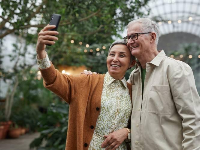 """Ook oudere generaties worstelen met ongezond smartphonegebruik. Ise (27): """"Mijn ouders praten niet meer aan tafel, ze scrollen gewoon"""""""
