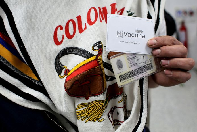 Een man toont een vaccinatiebewijs in de Colombiaanse hoofdstad Bogotá. Illustratiebeeld.