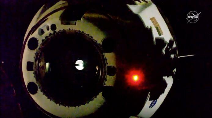 Sur cette image tirée d'une vidéo mise à disposition par la NASA, on peut voir la capsule SpaceX Crew Dragon se détacher de la Station spatiale internationale.