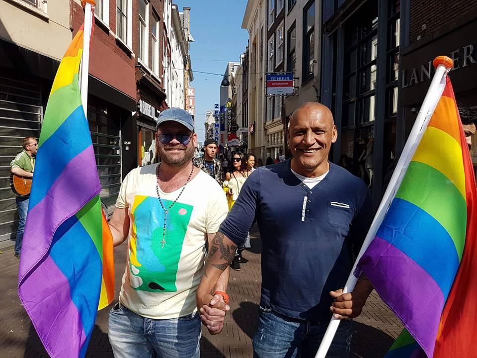 Michael Deelen van café De Vink en Ben Manuputty, organisator van homofeesten lopen mee in de handinhandmars tegen homodiscriminatie in het centrum van Den Haag