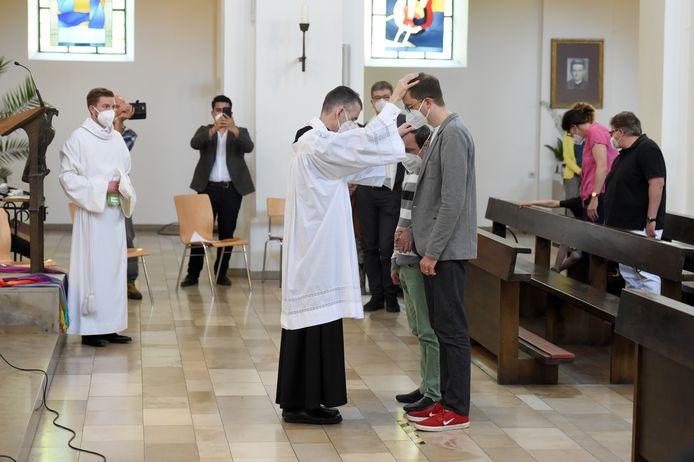9 mai 2021: le prêtre catholique Wolfgang Rothe bénit un couple homosexuel à l'église Saint-Benoît