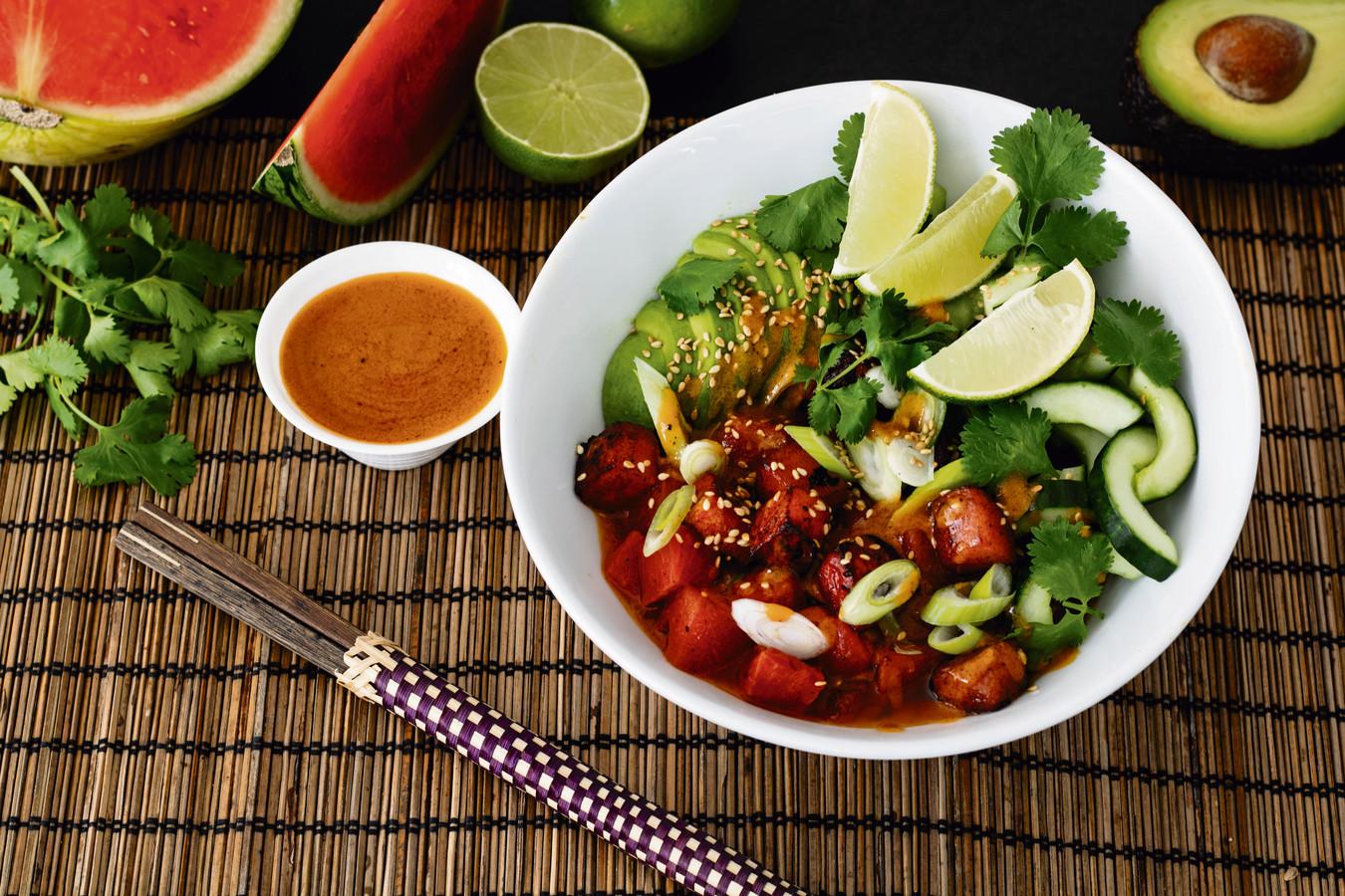 Watermeloen-poké bowl met avocado en komkommer