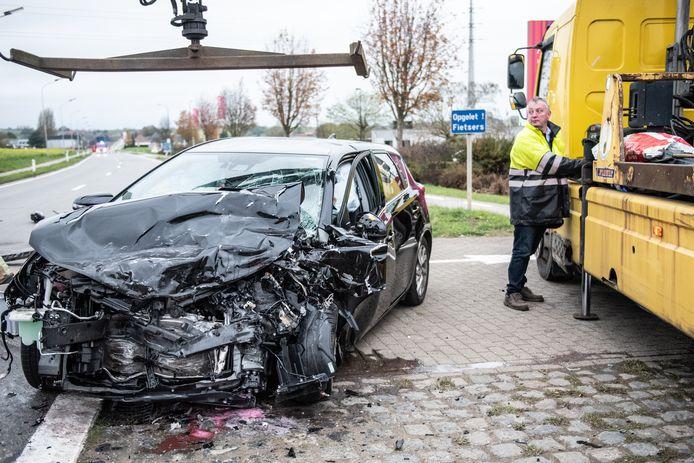 Archiefbeeld - De auto's botsten frontaal.