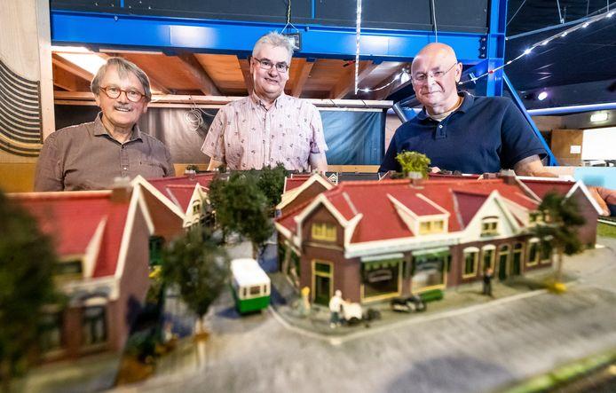 Mike Schats, Mathieu van de Goor en Hans van de Burgt (vlnr.) van de Eindhovense Modelbouw Vereniging bouwen Philipsdorp na.