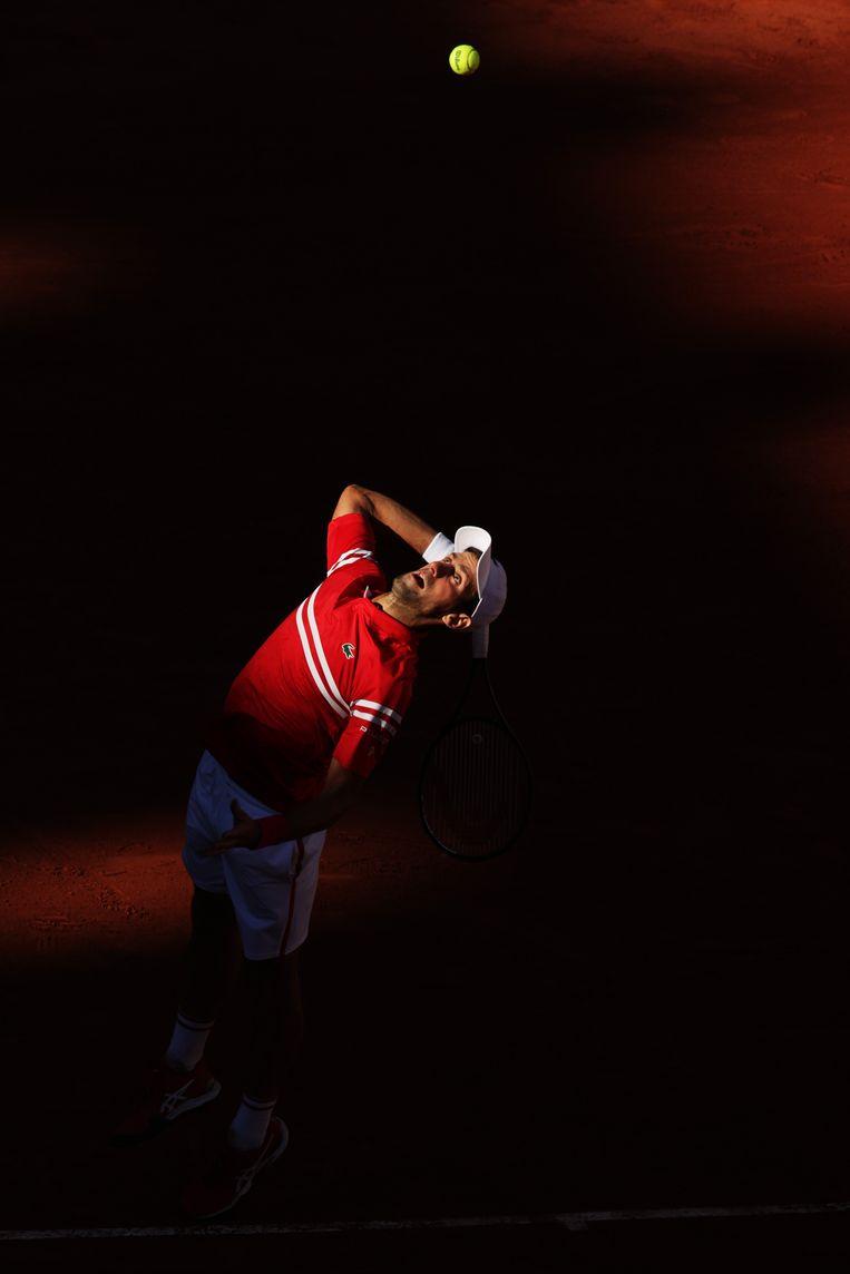 Novak Djokovic serveert in de finale op Roland Garros tegen de Griek Stefanos Tsitsipas. Djokovic won de wedstrijd zondag  in vijf sets. Beeld Getty Images