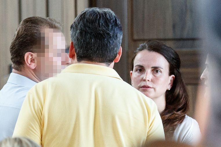 De weduwe van Stijn Saelens, Elisabeth Gyselbrecht, in gesprek met haar broer Peter Gyselbrecht (links) en haar nieuwe partner, in juni vorig jaar. Beeld BELGA