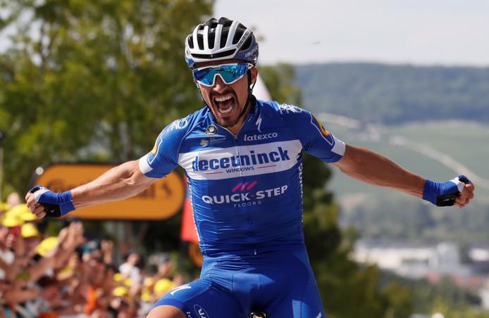 Julian Alaphilippe wint met overmacht de derde etappe in de Tour.