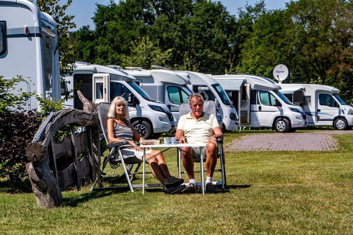 Lyda en Dick Volger uit Assendelft hebben hun camper uit de stalling gehaald en zijn te gast op camperplaats Lookerland bij Holten, waar het bomvol staat.