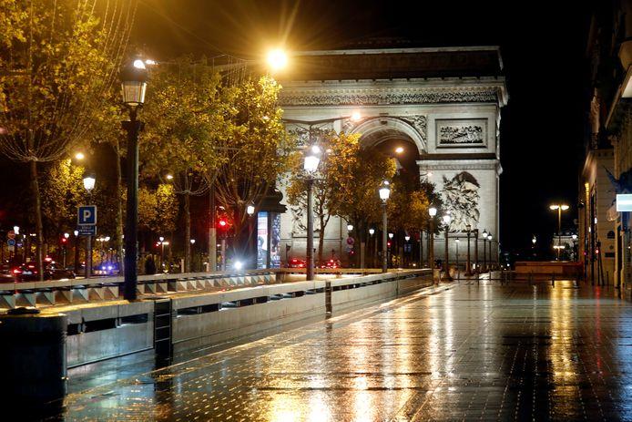 Een lege Champs-Elysées in Parijs. Frankrijk is opnieuw in volledige lockdown.
