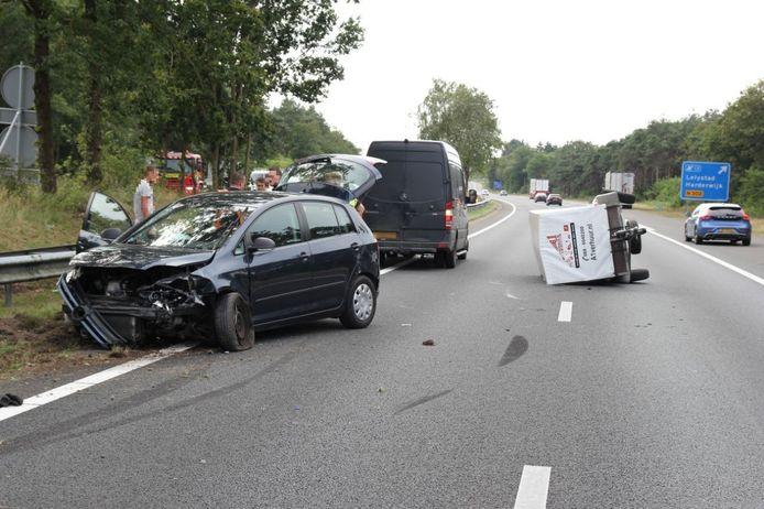 Een auto met aanhanger is maandagmiddag op de A28 in de vangrail belandt. In verband met het ongeval is één rijstrook afgesloten.