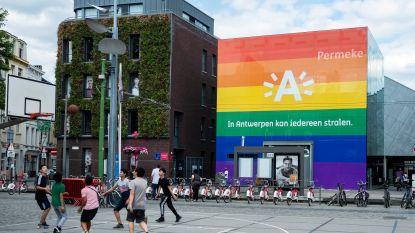 Net wanneer regenboogpin verboden wordt voor ambtenaren krijgt bibliotheek Permeke regenboogjasje aangemeten