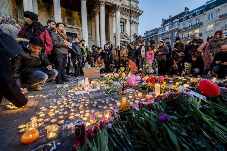 Direct na de aanslagen werden op het Beursplein kaarsen aangestoken, bloemen neergelegd en met stoepkrijt boodschappen op de grond geschreven Beeld anp