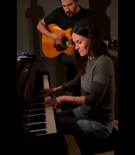 """Courteney Cox reprend le générique de """"Friends"""" au piano"""