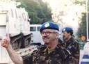 Generaal Couzy is blij met de terugkomst van Dutchbat bij het VN-kamp Pleso in Zagreb.