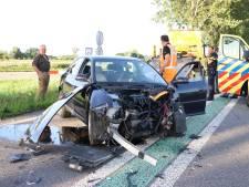 Twee gewonden en veel ravage na ongeluk op N320 bij Ravenswaaij