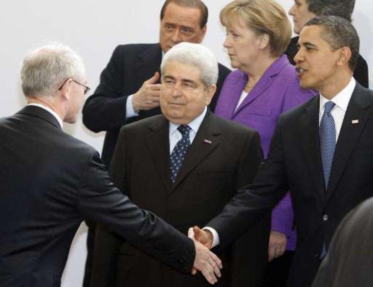 Premier Van Rompuy (l) schudt de hand van president Obama. Beeld UNKNOWN