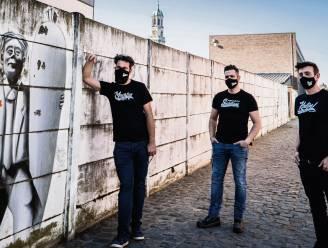 Ontwerper Koen lanceert minikledingcollectie rond stopwoorden Enkaavee-presentatoren
