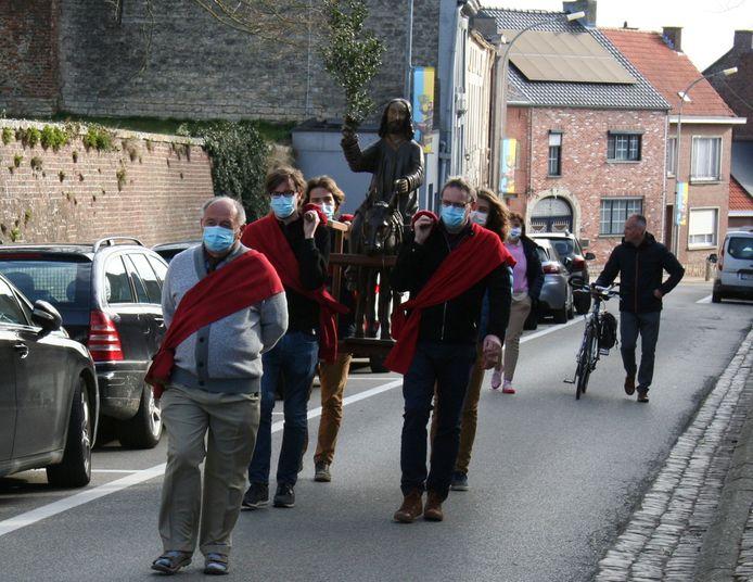 De discipelen, voorafgegaan door mombaarvader André Stockmans brengen de Palmezel naar de kerk