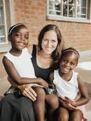 Nicole met haar geadopteerde dochters Maria en Diana