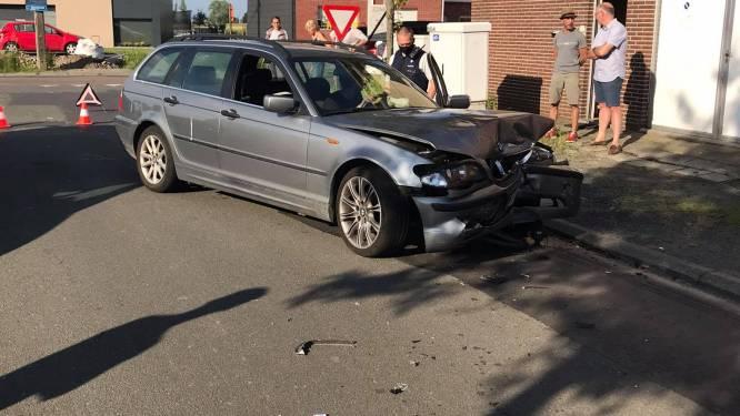 Eén gewonde bij frontale aanrijding tussen twee voertuigen