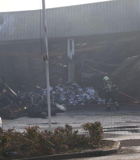 Verwoestende brand kost Maaskant Reizen acht bussen, eigenaar staat 'machteloos' toe te kijken