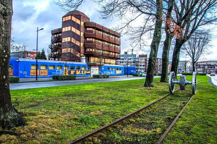 Het voormalige UWV-kantoor op de hoek van de Brokxlaan en Besterdring wordt pas gesloopt als de nieuwbouw kan beginnen, vermoedelijk medio 2022.