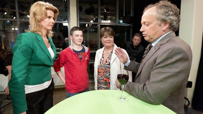 CDA kandidaat-lijsttrekkers Mona Keijzer (links) en Henk Bleker (rechts) na afloop van het debat in het tv-programma Nieuwsuur-Politiek in Grand Cafe Dudok in Den Haag.